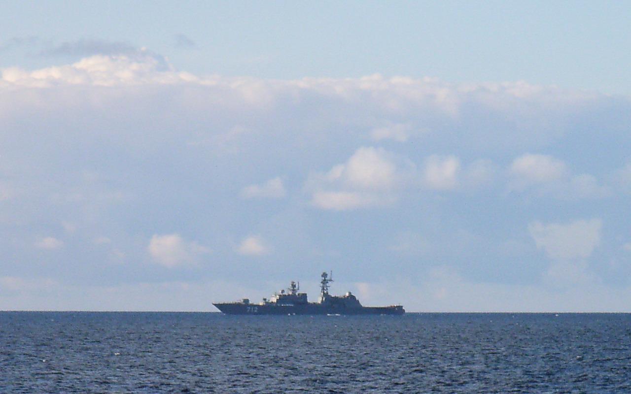 Неустрашимый на учебном выходе для стрельб (в составе отряда из 3-х кораблей).jpg