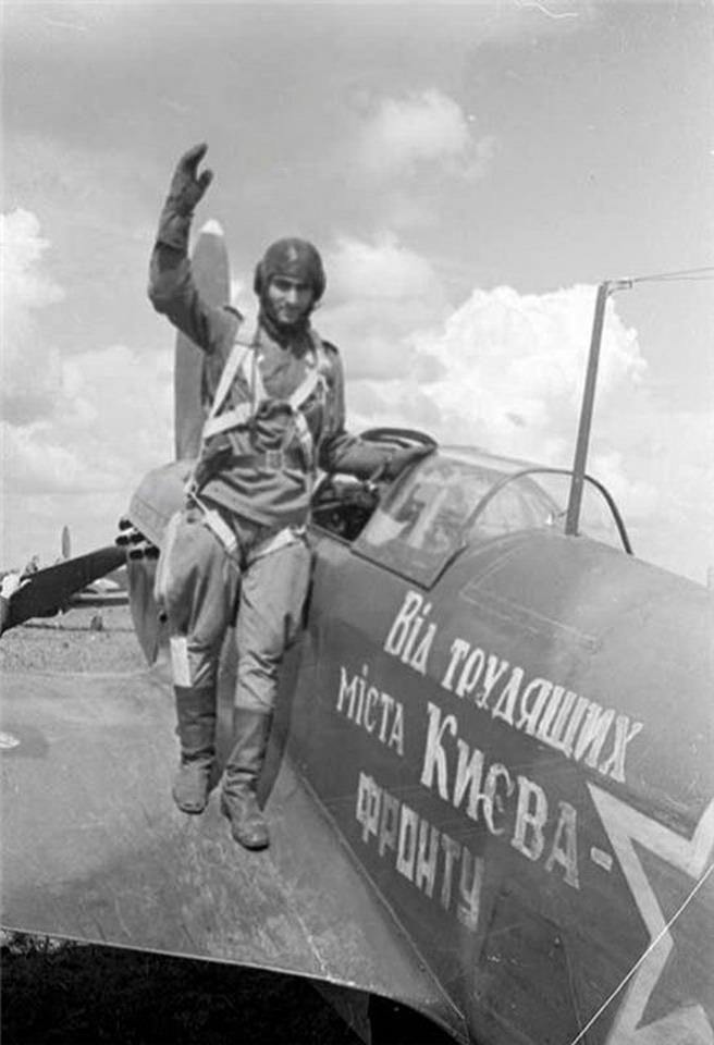 Гвардии лейтенант И.С.Пашаев возле самолета, построенного на средства трудящихся г. Киева 13 сентября 1944 г.jpg