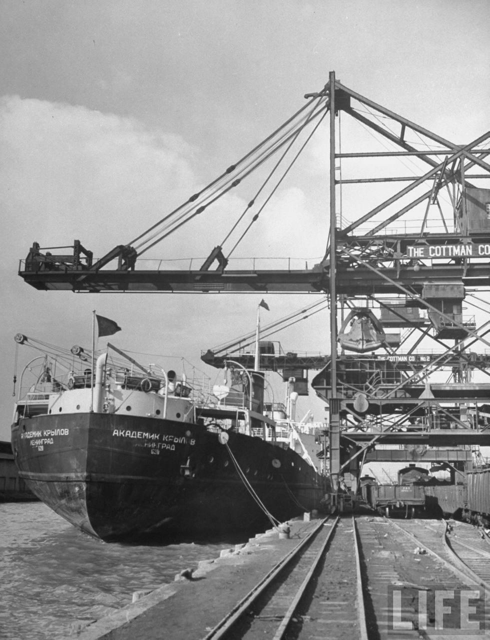 Russian ship unloading chrome at Baltimore 1948.jpg
