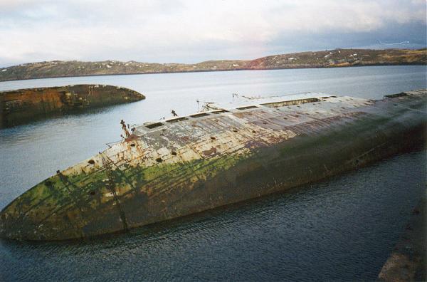 Затопленные у причала корабли Пм-73 и Пм-130.jpg