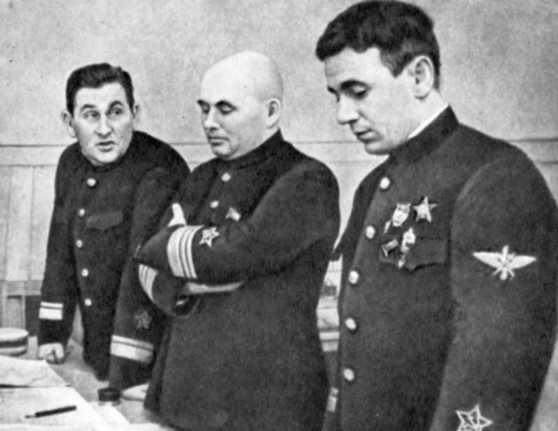 в-адм Ф.С.Октябрьский, к-адм П.А.Моргунов, г-м Н.А.Остряков в штабе ЧФ 1941-42.JPG