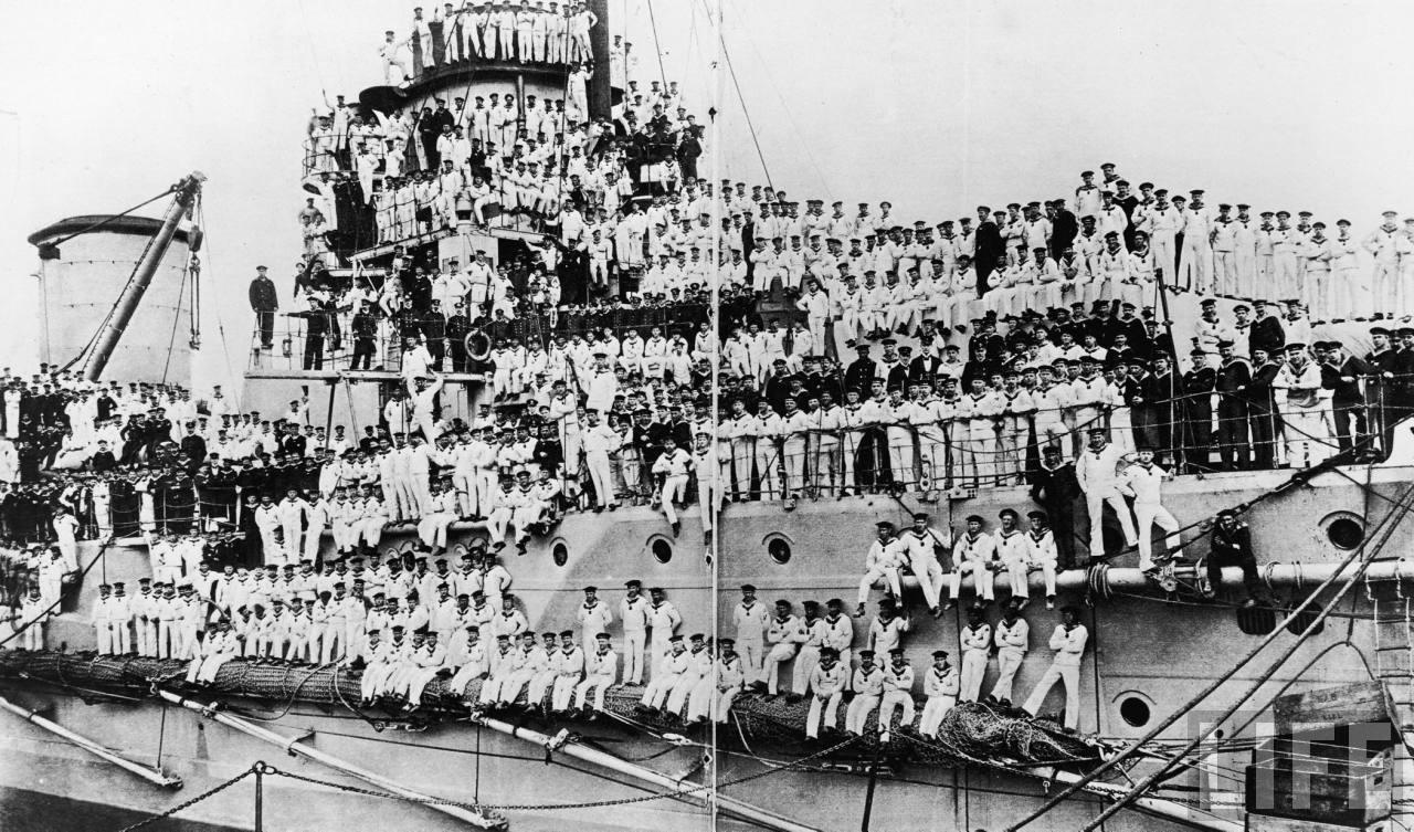 Crew of German battlecruiser Moltke posing for group picture aboard ship during World War I.jpg