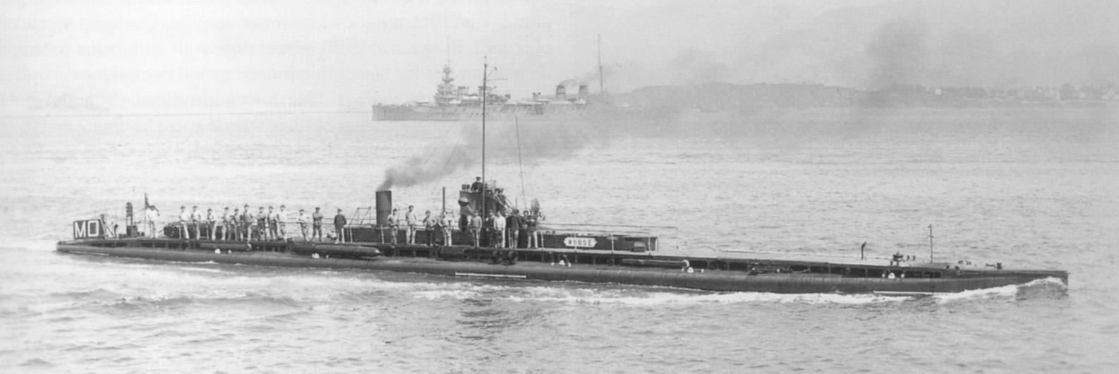 Monge (sous-marin vapeur) off Toulon 1914.jpg