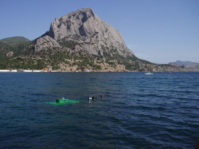 Подводная лодка Пилипенко погружается в бухте Новый Свет в Крыму.jpg