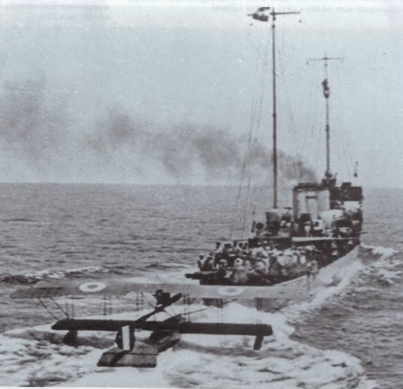 IMG_24010515 Der osterreich-ungarisches Zerstorer Uzsok schleppt ein erbeutetes italienisches Seeflugzeug.JPG