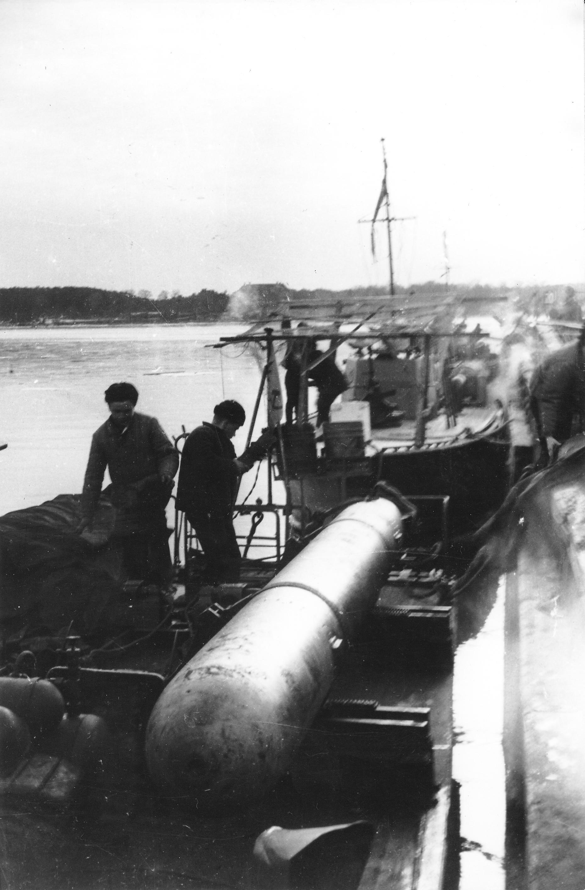 погрузка торпед на тка типа д-3.jpg