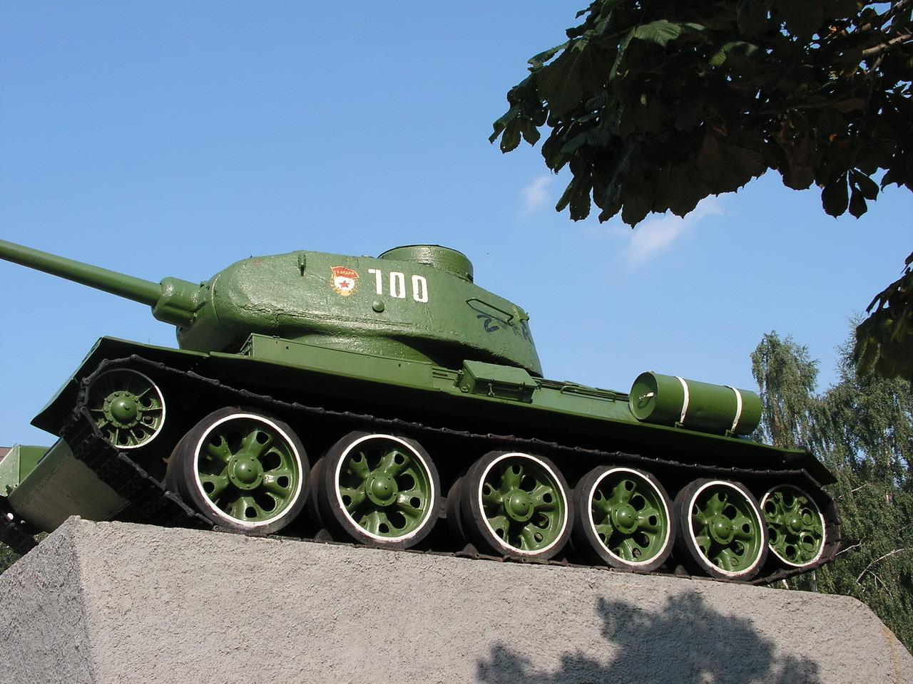 Т-34-85 (Минск, военный городок Уручье, памятник около Дома Офицеров)_01.JPG