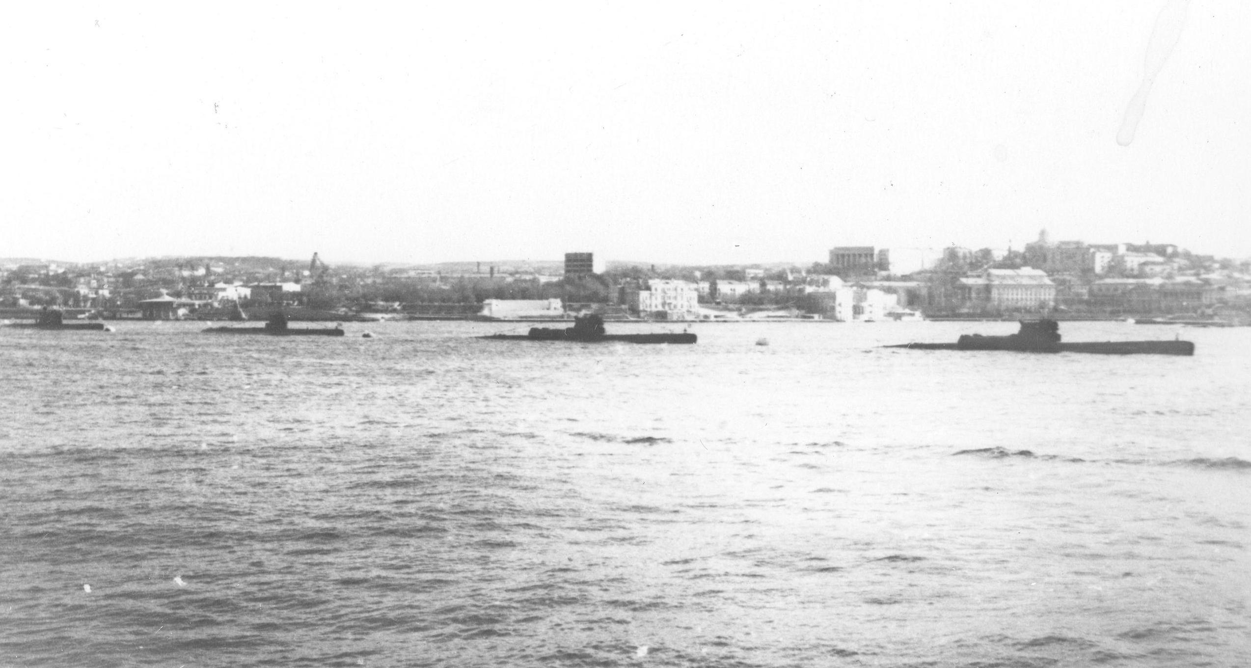 644 и 613 на параде в Севастополе 1969-71.JPG