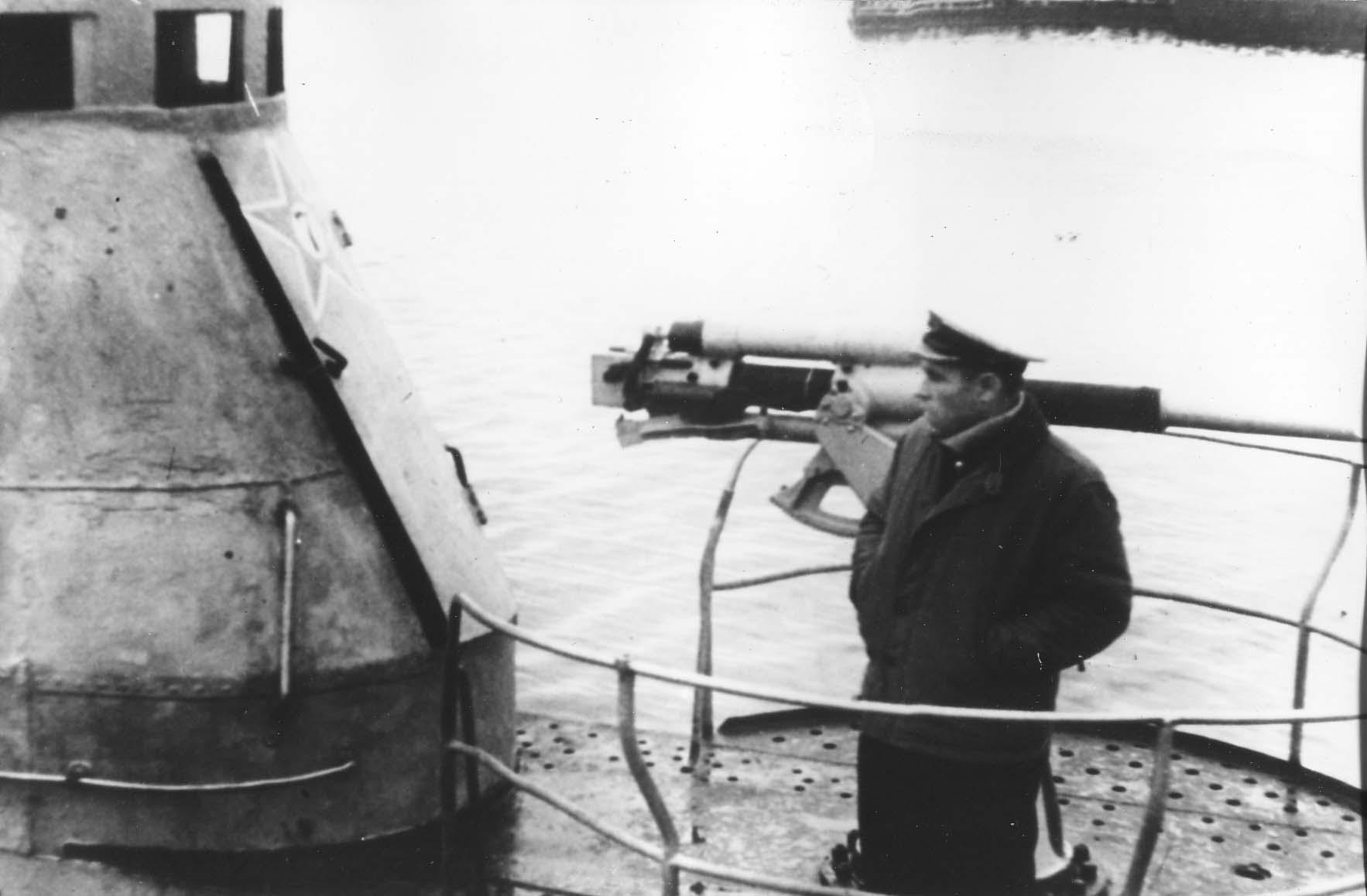 Травкин И.В. у 45-мм орудия Щ-303.jpg