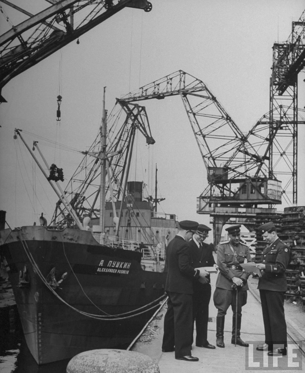 William Vandivert May 1946 Loading cranes for reparation.jpg