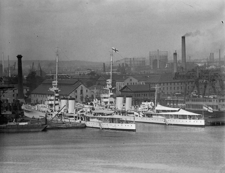 HMS Cairo & HMS Calcutta visited Boston 2.jpg