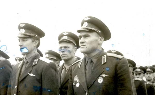 На переднем плане бедующий командир полка к-н Зайцев - 60-е годы. 1 АПИБ.....jpg