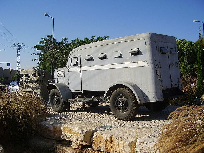 Израиль_гантрак_памятник в посёлке Мазкерет-Батья.jpg