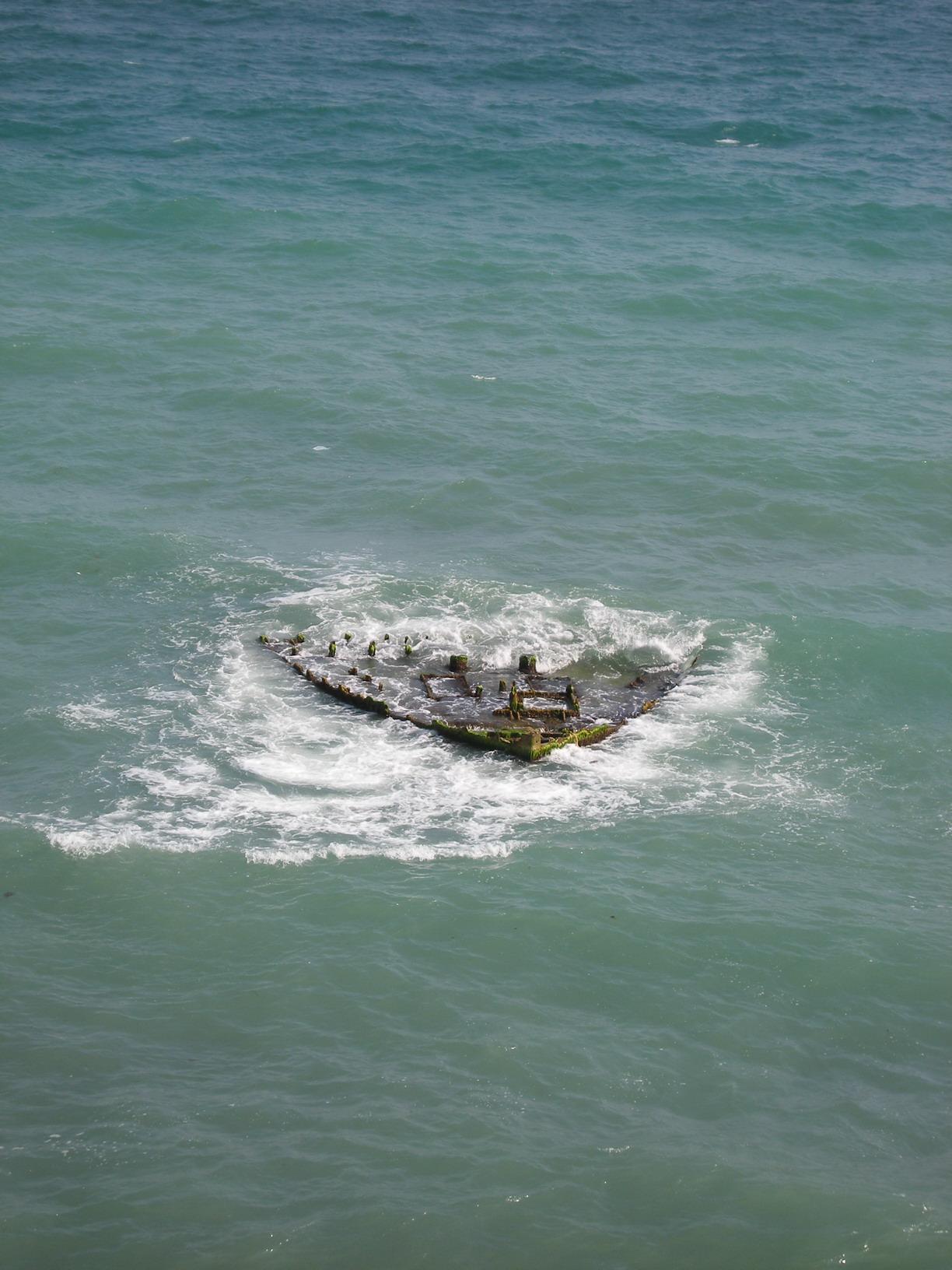черное море и затонувшие лодки