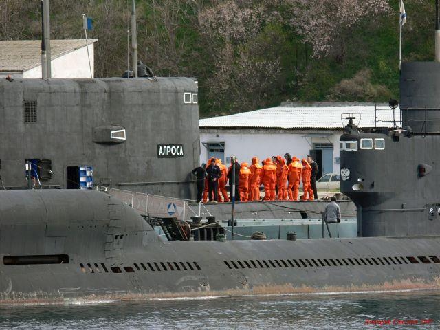 загрузка торпеды в подводную лодку