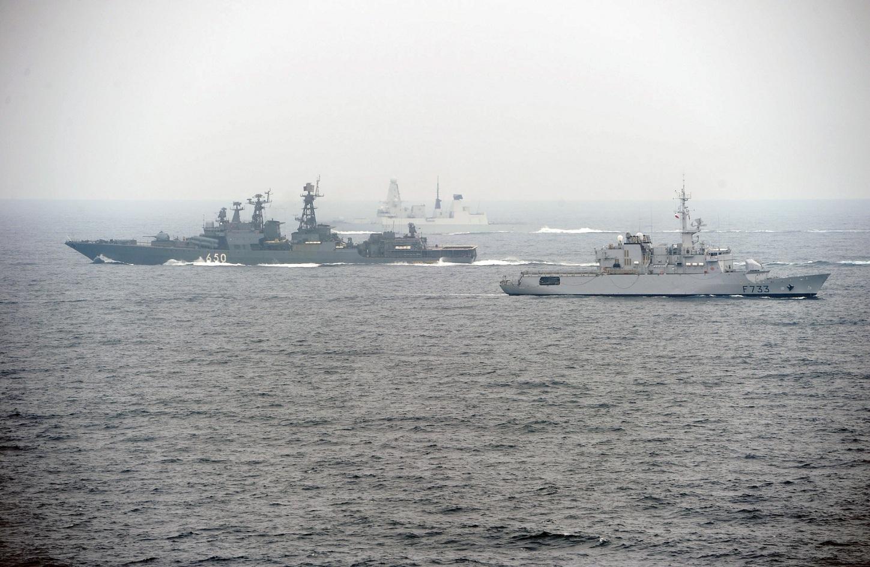 US_Navy_110629-N-XZ912-387_Ships_participate_in_maneuvering_exercises_during_FRUKUS_2011.jpg