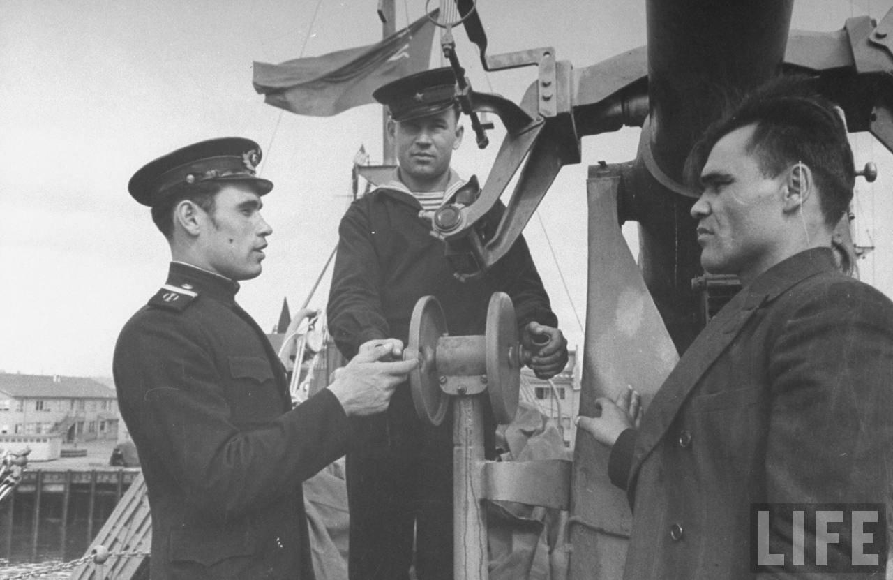 Russian gun crew on ship at Seattle 1943.jpg
