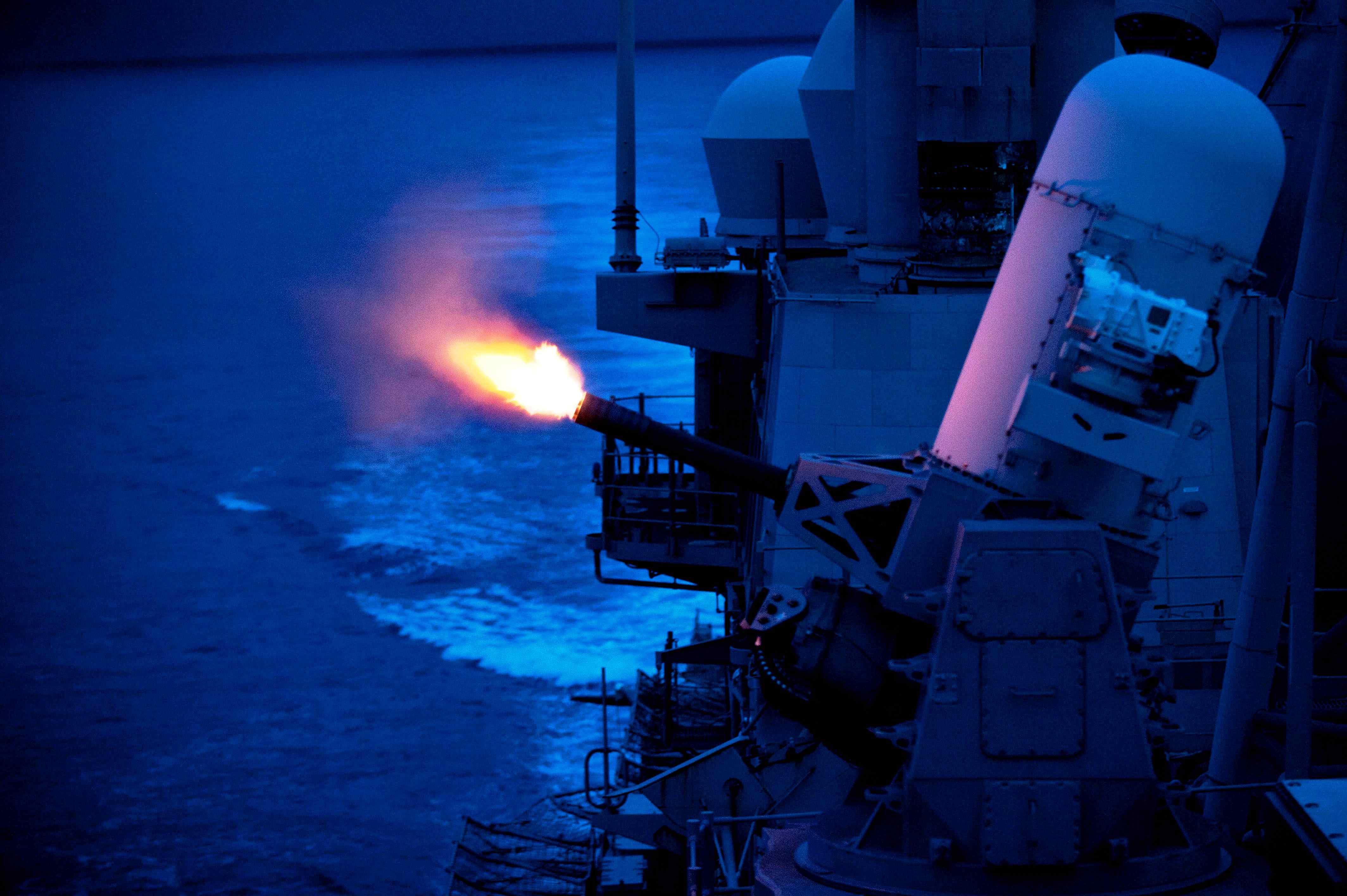 USS Cowpens - стрельба Вулкана.jpg